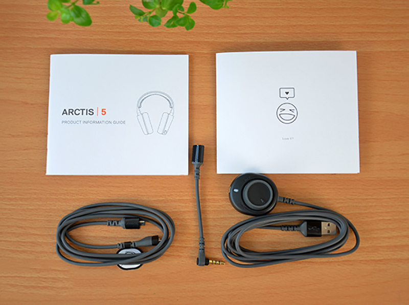 Chiếc tai nghe SteelSeries Arctis 5 2